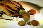 Saco de couro com moedas antigas.