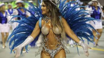 GRA059. SAO PAULO (BRASIL), 06/02/2016.- Una integrante de la escuela de samba del Grupo Especial NenÍ de Vila Matilde, desfila hoy, sabado 06 de febrero de 2016 en la celebraciÛn del carnaval en el sambÛdromo de AnhembÌ en Sao Paulo (Brasil). EFE/SEBASTI√O MOREIRA BRASIL CARNAVAL